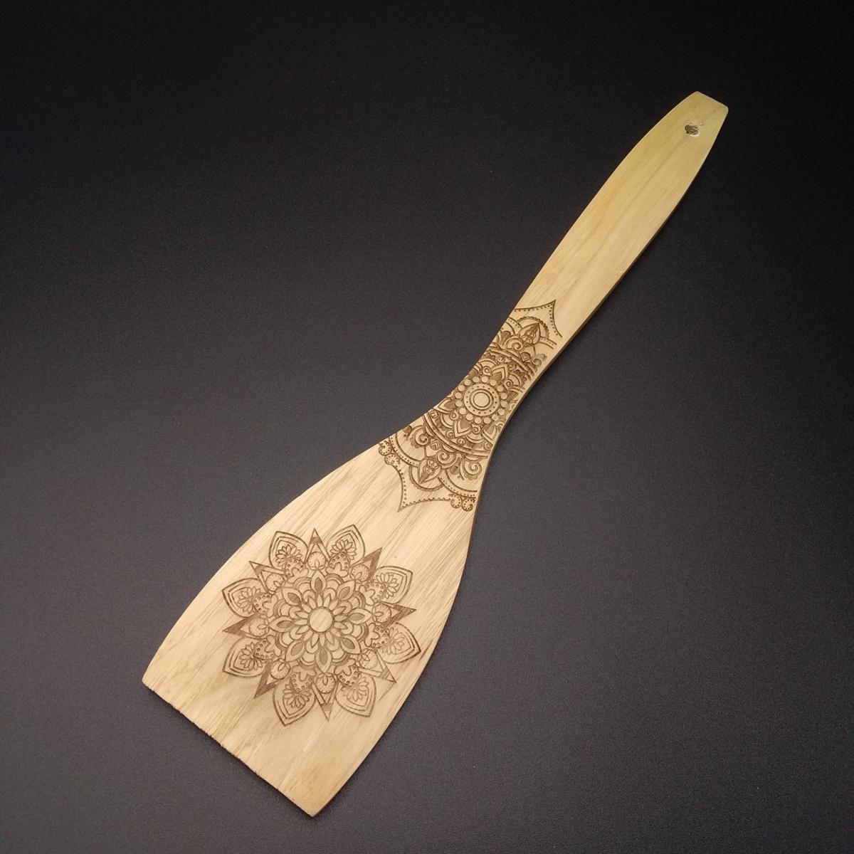 Cubierto de madera grabado mandalas